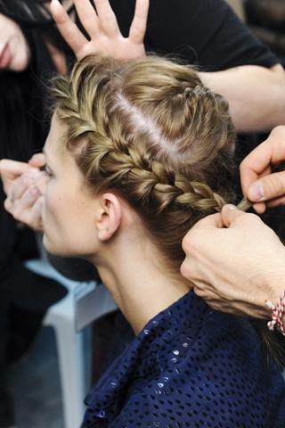 La tresse couronne sophistiquée du défilé Valentino printemps été 2012