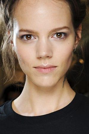 Maquillage yeux marrons : Techniques et couleurs idéales