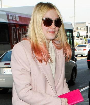 Dakota Fanning porte les cheveux roses