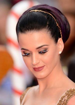 Katy Perry patriotique avec ses faux cils bleus blancs rouges !