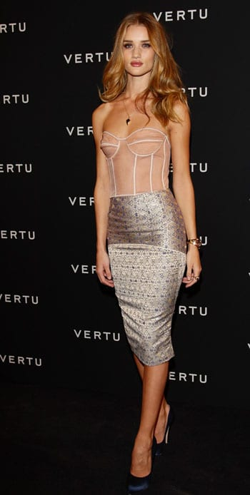 Rosie Huntington-Whiteley provoquante en bustier transparent