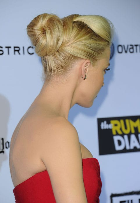 Le superbe chignon sophistiqué strict de Amber Heard