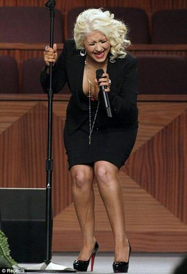 Christina Aguilera montre ses jambes tâchées d'autobronzant à l'enterrement d'Etta James