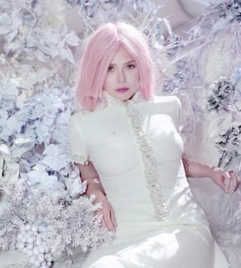 Elizabeth Olsen avec les cheveux roses ça donne ça