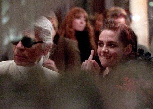 Kristen Stewart photographiée en train de faire un doigt d'honneur à Karl Lagerfeld