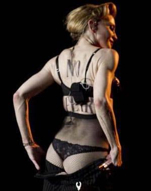 Madonna montre ses fesses à son concert de Rome