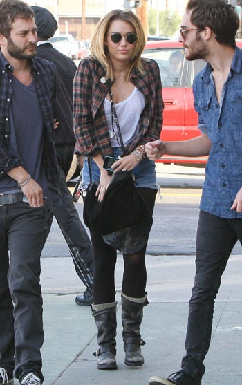 Miley Cyrus sans soutient gorge et avec des Ray-Ban rondes
