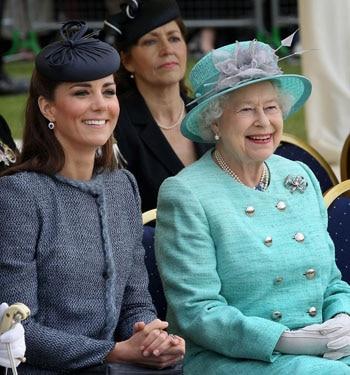 Kate Middleton stylée auprès de la reine Elizabeth II