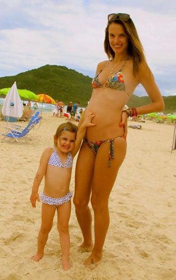 Alessandra Ambrosio dévoile son ventre à quatre mois de grossesse