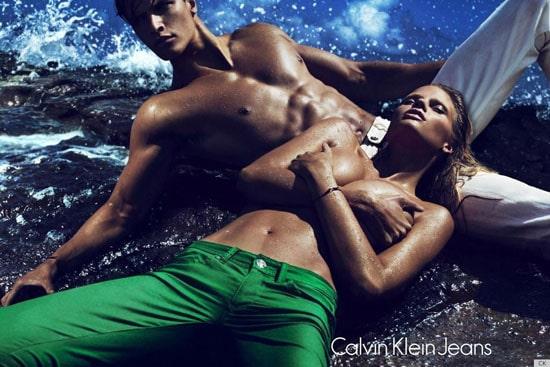 Lara Stone topless pour la campagne Calvin Klein jeans
