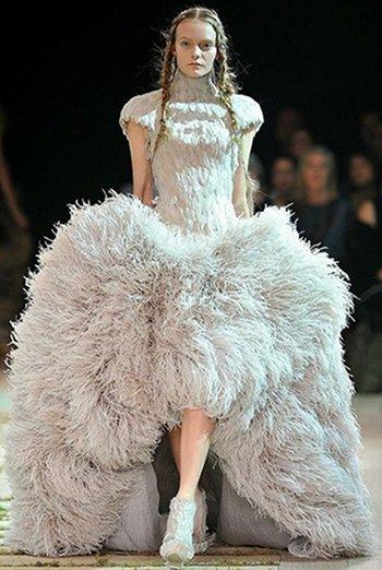 kate middleton pourrait porter une robe de mari e alexander mcqueen. Black Bedroom Furniture Sets. Home Design Ideas