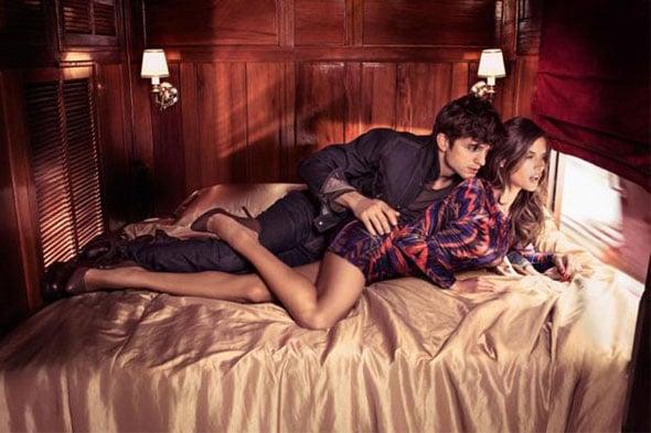 Ashton Kutcher et Alessandra Ambrodio au lit pour la campagne Colcci