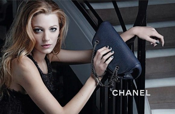 campagne publicitaire des sacs mademoiselle chanel avec blake lively. Black Bedroom Furniture Sets. Home Design Ideas