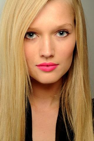 Des lèvres fluo pour un maquillage de mariée original