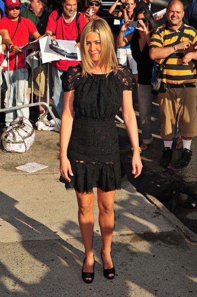 Jennifer Aniston féminine dans sa petite robe noire Nina Ricci
