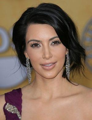 Kim Kardashian abandonne ses extensions et ses faux cils !