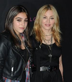 Lourdes en pleurs réconfortée par Madonna