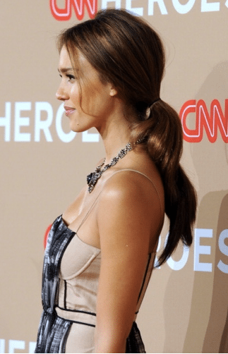 Jessica Alba revisite la queue de cheval basse