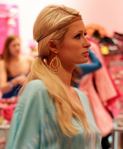 Paris Hilton mise sur le headband