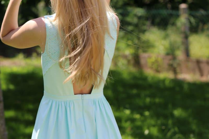 Une robe chic évasée couleur lagon pour l'été