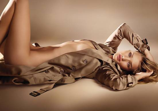 "Rosie-Huntington-Whiteley se dénude pour le parfum ""Burberry Body"""