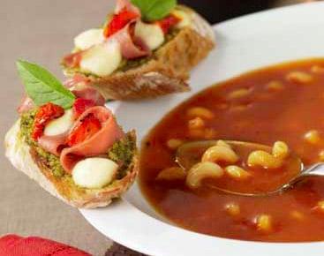 Soupe tomate mozzarella et tartines au pesto
