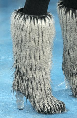 Les bottes sortent leur fourrure d'hiver chez Chanel