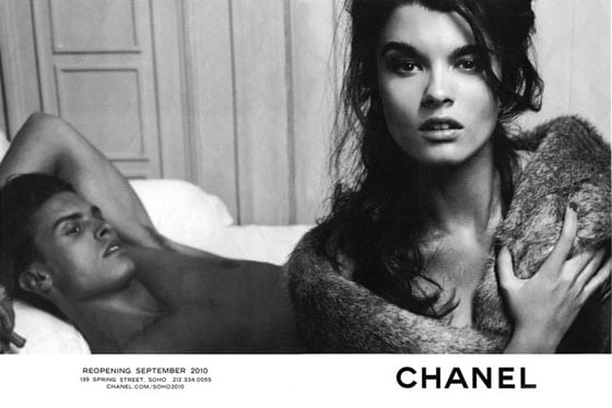 Crystal Renn pose pour une campagne Chanel