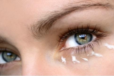 Le contour des yeux, une zone fragile