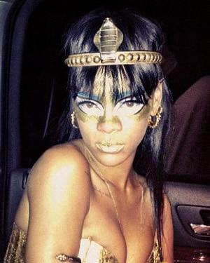 Rihanna en look égyptien pour l'association Robin Hood